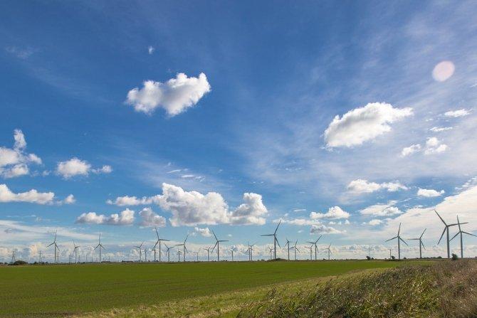 Ogromna farma wiatrowa na jeziorze