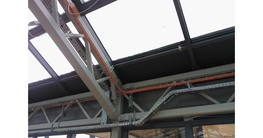 Korytka i inny osprzęt przeznaczony do budowania tras kablowych