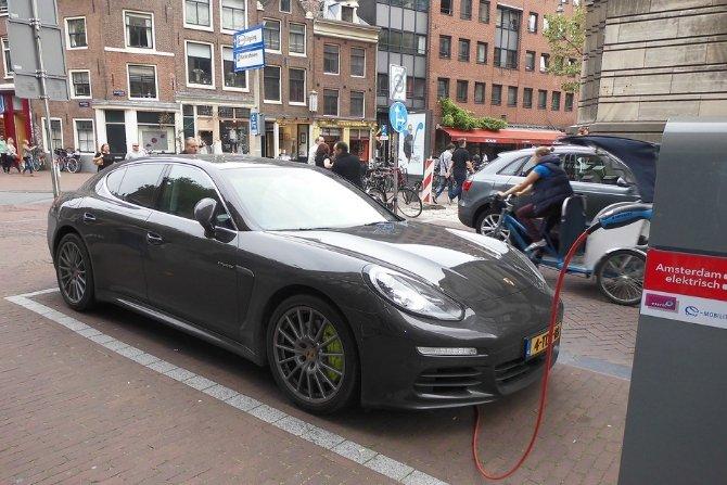 Czy w 2025 roku po Polsce będzie jeździć 300 tys. samochodów elektrycznych?