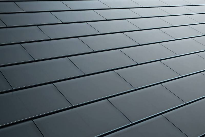 Robota dla dekarza-elektryka, czyli solarne dachówki od Tesli