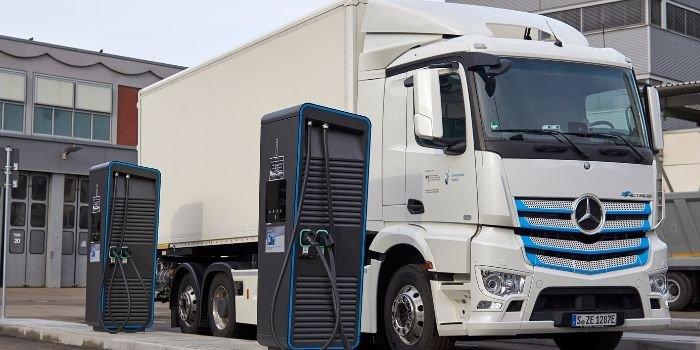 Daimler chce ułatwić instalację infrastruktury dla ciężarówek ev