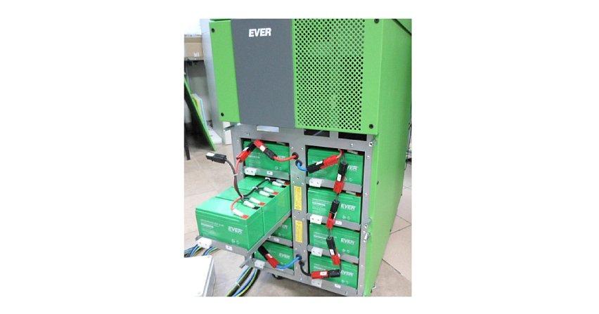 Moduły bateryjne w systemach zasilania gwarantowanego (UPS)