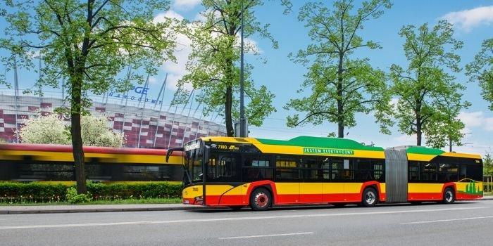 Przegubowe autobusy EV już jeżdżą po Warszawie