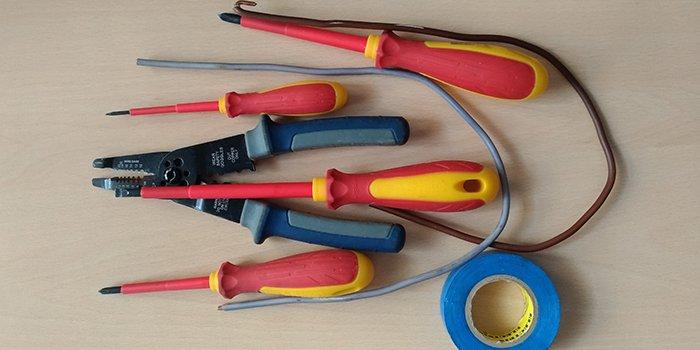 Narzędzia ręczne dla elektryka – co będziesz potrzebował?