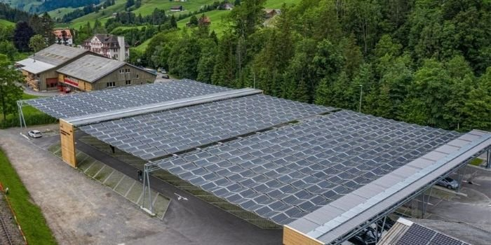 Składany dach solarny nad parkingiem w Szwajcarii