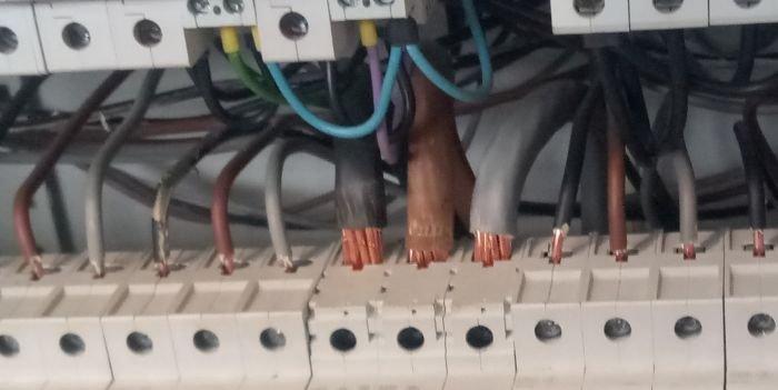 Pod zaciskiem rozłącznika...