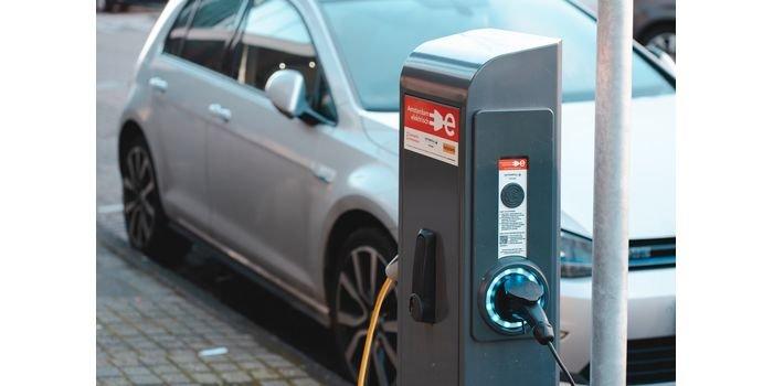 Ilu właścicieli EV wraca do silników spalinowych?