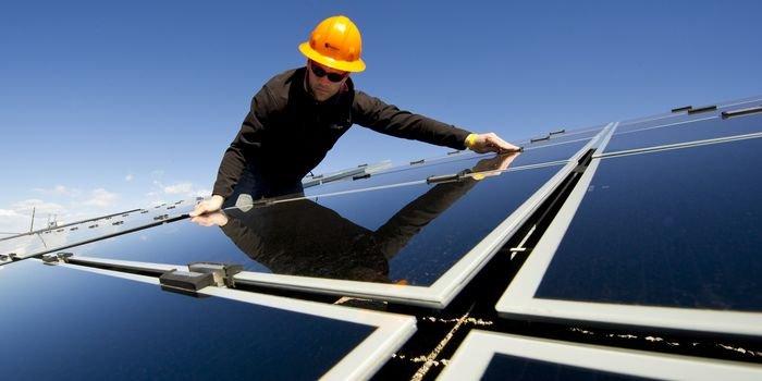 TAURON instaluje panele słoneczne na dachach bloków