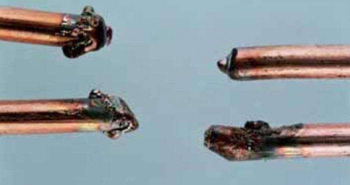 Niektóre z brył stopionego metalu otrzymane w wyniku symulowanego zwarcia elektrycznego, przy różnym stężeniu tlenowym – obraz otrzymany przy powiększeniu 50× W. Jaskółowski, P. Bąkowski