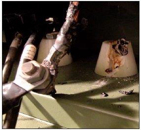 Rys. 13. Stopienie się izolatora zpowodu odkręcenia się przewodu od prądnicy podczas próby pracy ciągłej (48 h)
