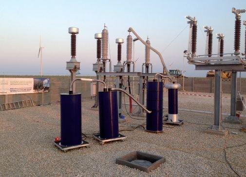 Rys. 3.   Urządzenie do prób napięciem monitorowanym oraz badania wyładowań niezupełnych i współczynnika strat dielektrycznych przy użyciu tłumionego napięcia sinusoidalnego DAC, próba napięciem 180 kV