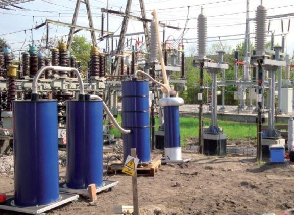 Rys. 8.   Badania napięciem przemiennym tłumionym DAC linii kablowej po jej zainstalowaniu. Kable o izolacji z polietylenu usieciowanego XLPE na napięcie 64/110 kV. System pomiarowy OWTS HV250 jest podłączony do jednej  z faz linii kablowej o długości .