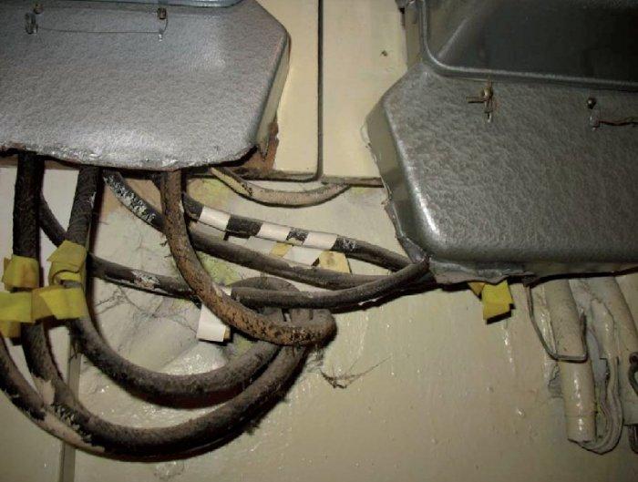 Fot. 5. Metalowe osłony mogą uszkodzić izolację i skutkować zwarciem