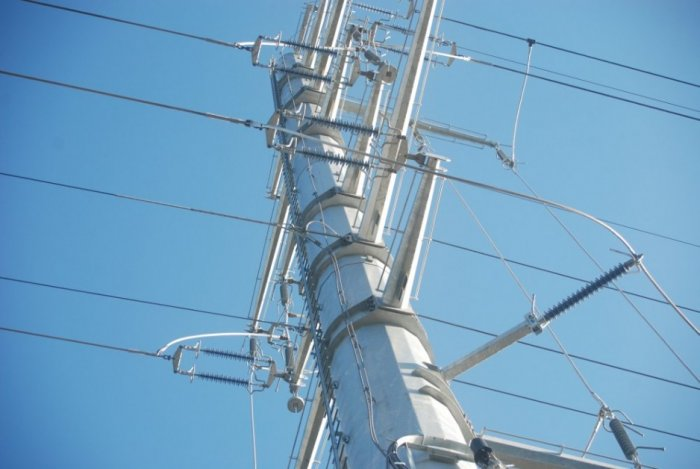 Fot.6. Prowadzenie mostków prądowych z poprzeczników pomocniczych