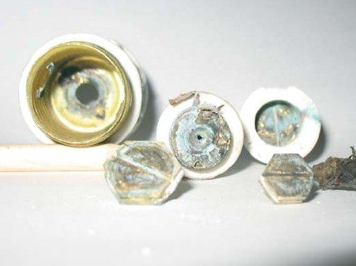 Fot. 2. Watowany bezpiecznik i skutki powstania łuku elektrycznego