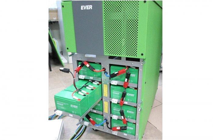 Fot.1. Zespoły zasobników energii (wewnętrzny moduł bateryjny) w UPS EVER POWERLINE GREEN 33