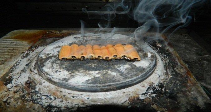 Fot.2. Wygląd sposobu spalania (wanienka z rusztem) i rozkładu termicznego (płyta grzejna) próbek kabli
