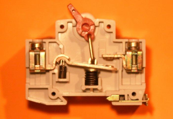 Fot.1. Przykłady konstrukcji rozłączników izolacyjnych zestykowych dwu- i jednoprzerwowych