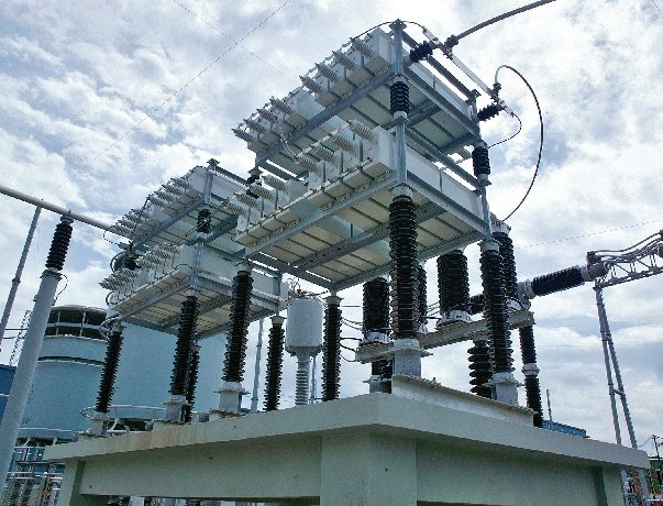 Stacja odbiorcza w Guanzhou, w Chinach, przekształca napięcie 800000V prądu stałego na niskie napięcie prądu przemiennego, rozdzielane do sieci lokalnych [2]