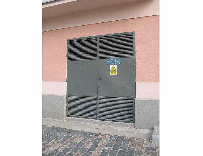 Fot.1. Pomiar temperatury z użyciem kamery termowizyjnej przy drzwiach komory transformatora we wnętrzowej stacji transformatorowej
