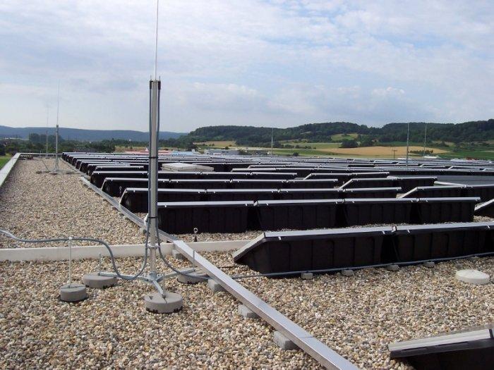 Fot.2b. Przykładowe rozwiązania ochrony odgromowej kolektorów fotowoltaicznych na dachach płaskich: a) wykorzystanie izolacyjnych elementów dystansujących, b) wykorzystanie przewodów o izolacji wysokonapięciowej [10]