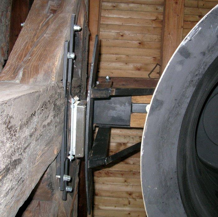 Induktor i bieżnia napędu dzwonu silnikiem liniowym
