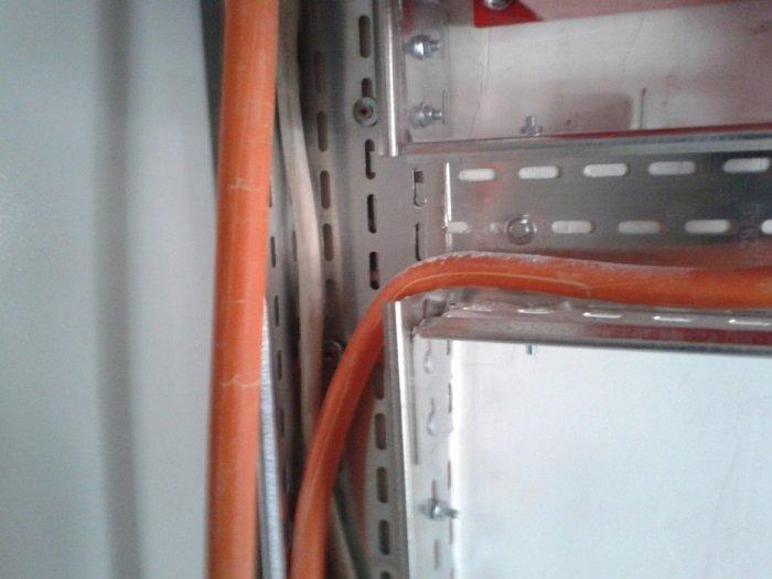 Ostra krawędź może uszkodzić izolację kabla powodując zwarcie