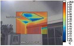 Fot. 1. Zdjęcie termograficzne nałożone na obraz w świetle widzialnym. Termogram pokazuje wadę w izolacji sufitu poddasza