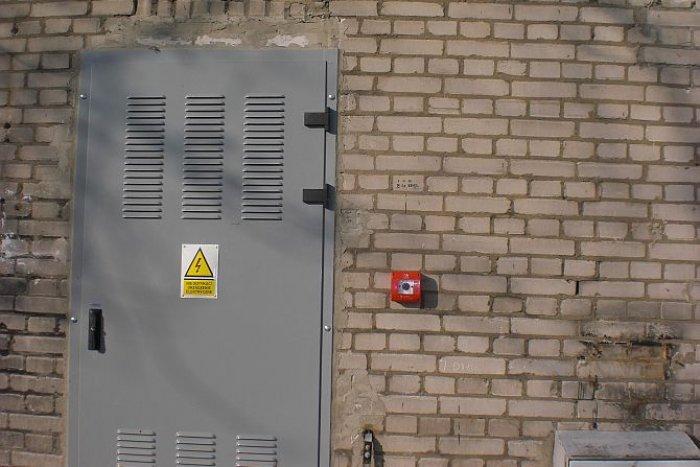 Nadgorliwość nie jest lepsza od zniedbań. Wyłącznik ppoż. zainstalowany na budynku stacji transformatorowej, z której zasilanych jest kilkanaście budynków