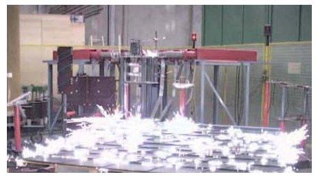Iskrzenie wywołane przepływem prądu udarowego 100 kA o kształcie 10/350 µs [10]
