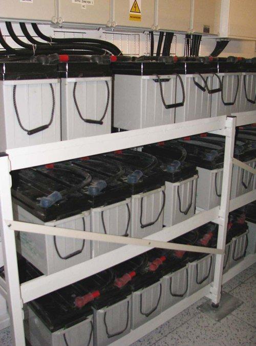 Fot. 1. Przykład rozmieszczenia zewnętrznych baterii na stojaku