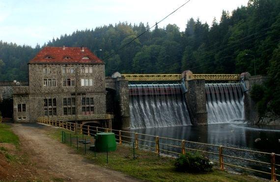 Elektrownia wodna Bobrowice I - widok zapory i budynku elektrowni