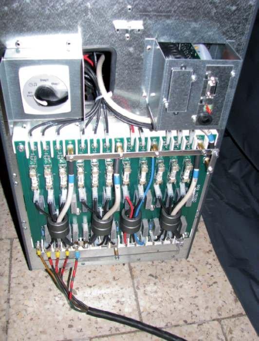 Fot. 1. Przykład zabezpieczeń obwodów wejściowych i wyjściowych zasilacza UPS o mocy 20 kVA