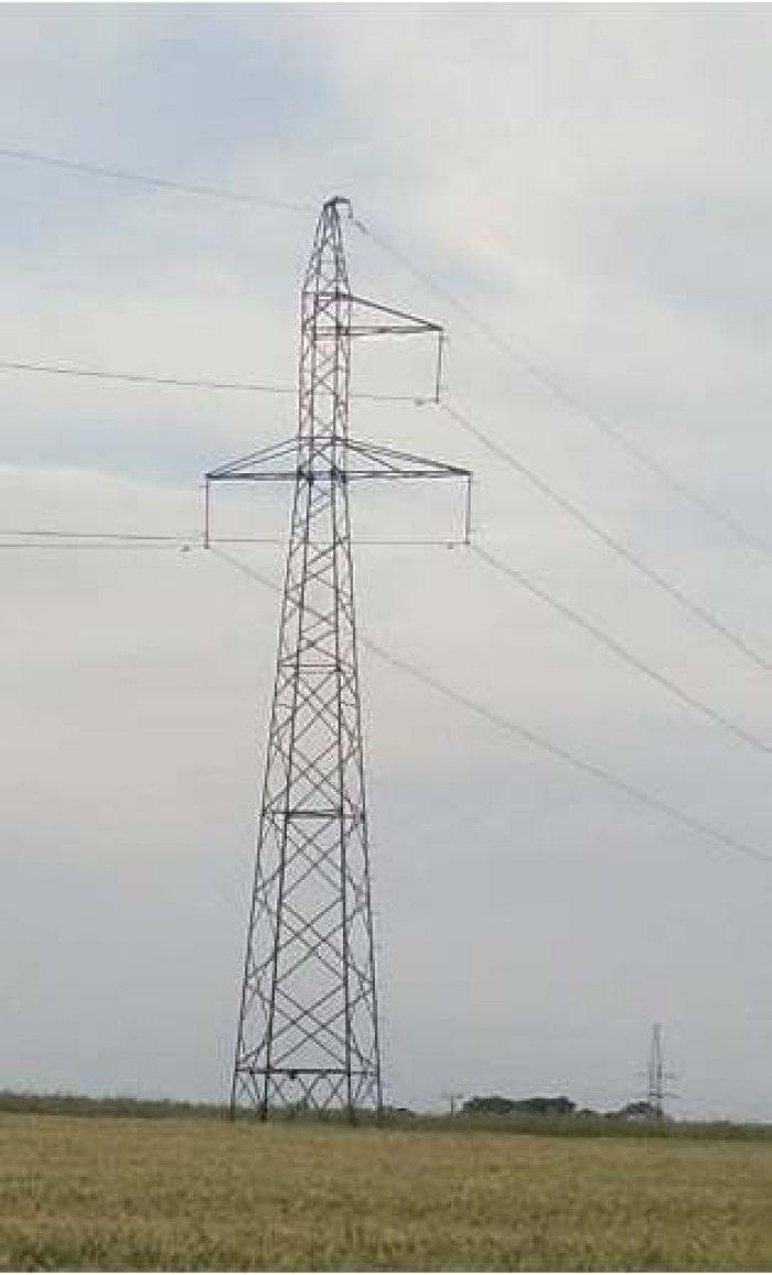 Fot. 1. Widok konstrukcji wsporczych linii 110 kV: a) stanowisko przelotowe jednotorowe o konstrukcji kratowej