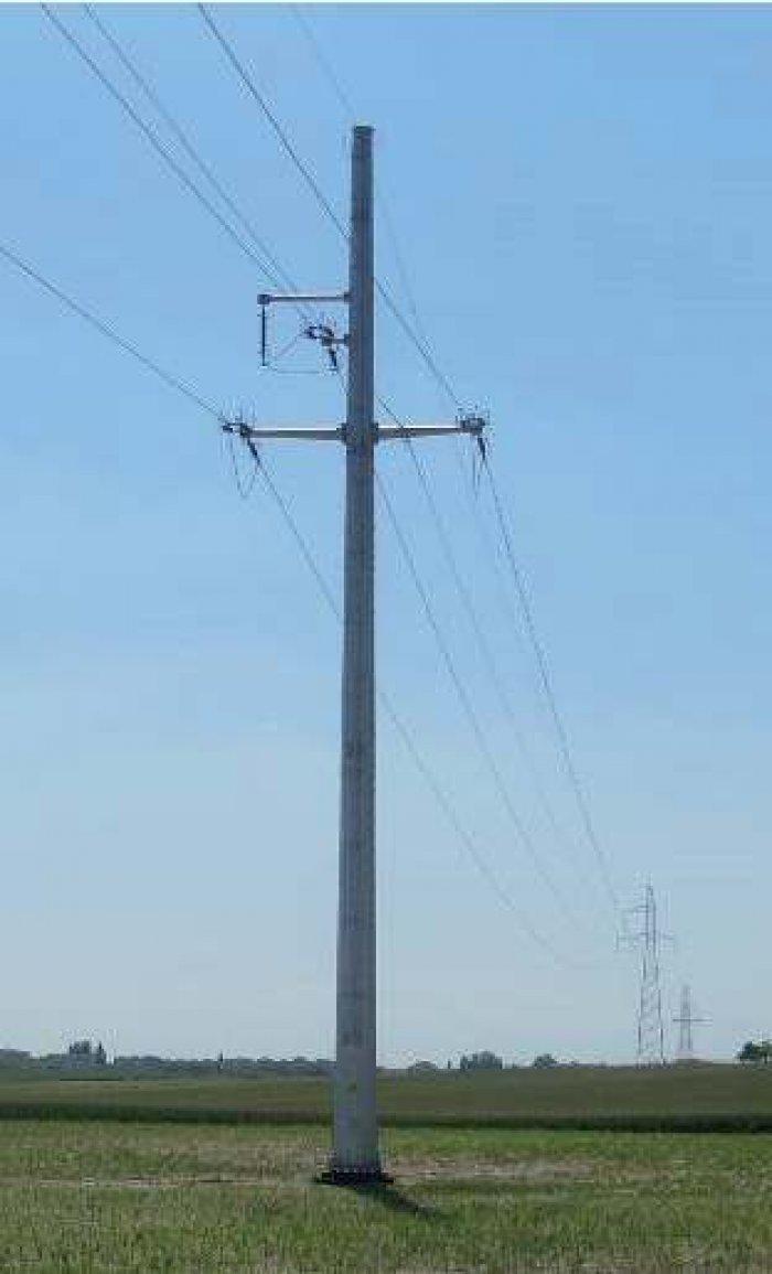 Fot. 1. Widok konstrukcji wsporczych linii 110 kV: c) stanowisko odporowe jednotorowe o konstrukcji rurowej