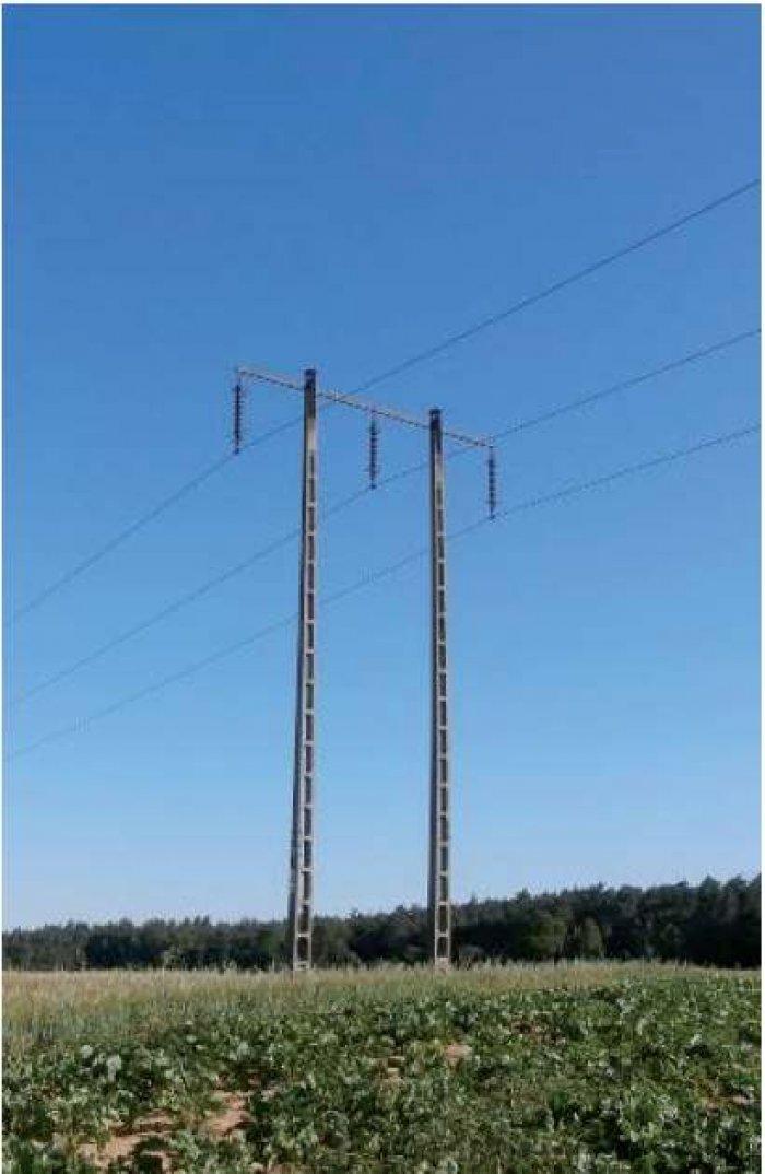 Fot. 2. Widok konstrukcji wsporczych linii 110 kV: a) stanowisko przelotowe jednotorowe.  UWAGA! Stanowiska słupowe przedstawione na fotografiach 2a i 3b są konstrukcyjnie zbliżone do siebie, jedyna różnica między nimi wynika z długości izolatorów.