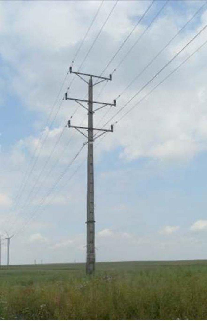 Fot. 4. Stanowiska słupowe linii dwutorowych o tej samej wartości napięcia – 15 kV: a) z przewodami gołymi oraz podwieszonym światłowodem