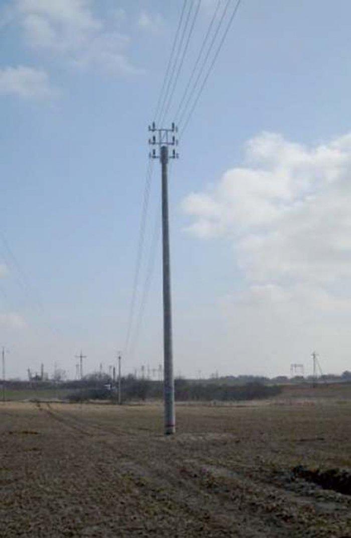 Fot. 4. Stanowiska słupowe linii dwutorowych o tej samej wartości napięcia – 15 kV: b) z przewodami w osłonie izolacyjnej