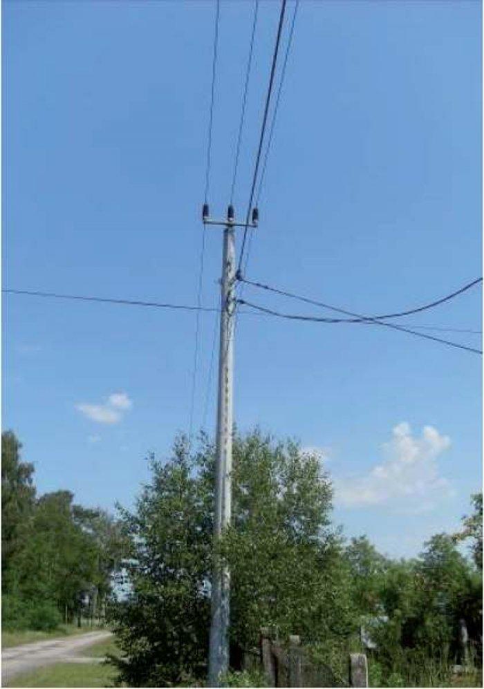 Fot. 5. Linie dwunapięciowe na wspólnych konstrukcjach wsporczych: a) linia średniego napięcia z przewodami w osłonie izolacyjnej (górne trzy przewody) i niskiego napięcia z przewodem izolowanym (przewód na dole)