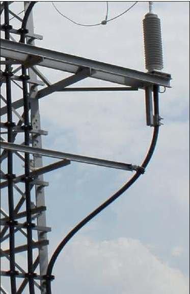 Fot. 1. Kabel 110 kV (koloru czarnego) na słupie kratowym