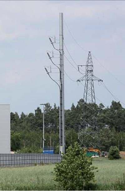 Fot. 2a. Stanowiska słupowe linii napowietrznej 110 kV z głowicami kablowymi: słup krańcowy rurowy linii jednotorowej (trzy przewody robocze) w układzie pionowym i trzy kable