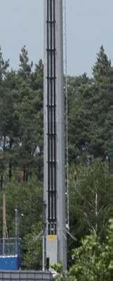 Fot. 3. Wprowadzenie kabli WN 110 kV na stanowisko słupowe rurowe linii jednotorowej (trzy kable na słupie): fotografia