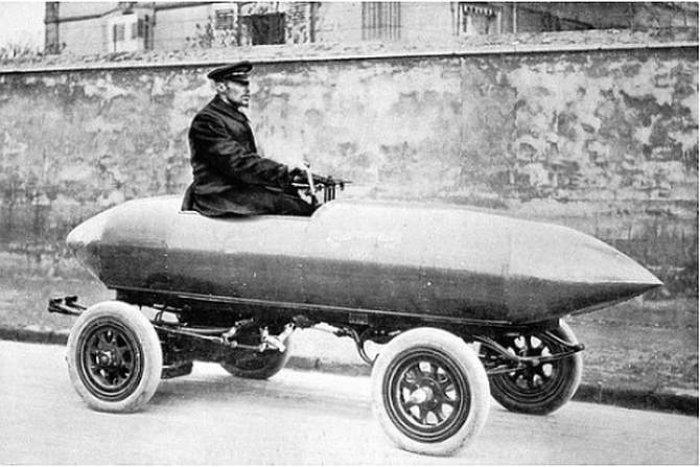 Fot. 1. Pojazd elektryczny Jenatzy'ego, 1899 r. Był to pierwszy pojazd, który przekroczył prędkość 100 km/h. Źródło: Wikipedia.org.pl