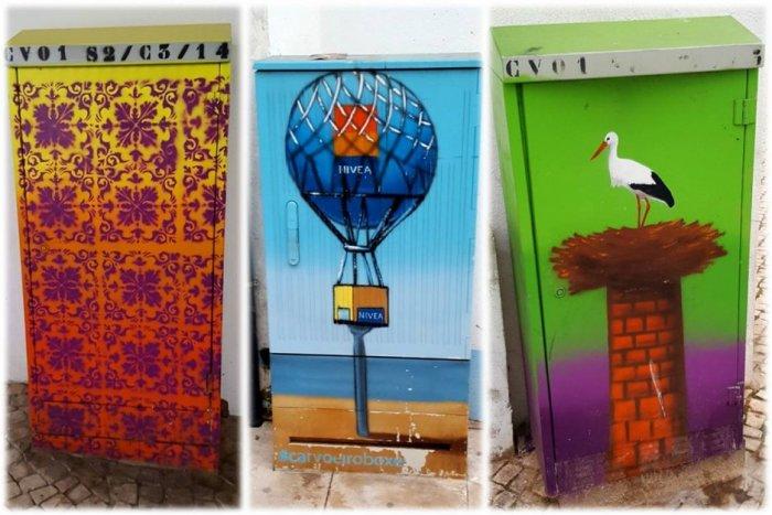 Przykłady street-artu w Carvoeiro w Portugalii - wielobarwne graffiti zdobiące obudowy elektryczne.
