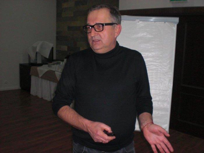 Mgr inż. Maciej Żebrowski omawia kompensację mocy biernych w układach zasilania gwarantowanego.