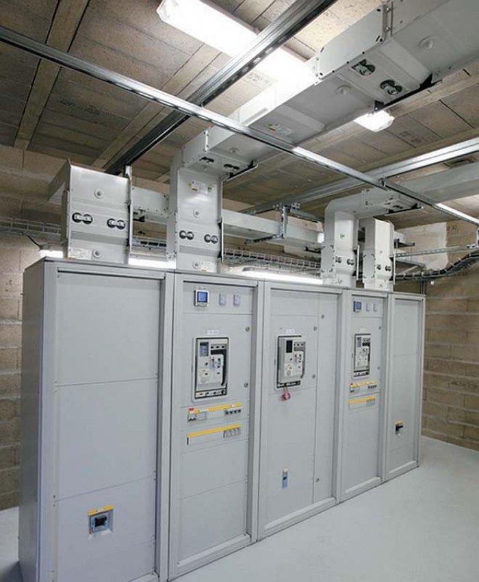 Fot. 1. Rozdział energii elektrycznej za pomocą przewodów szynowych Zucchini SCP 2500A i rozdzielnicy Legrand XL3 4000, charakteryzujący się dużą przejrzystością instalacji [źródło: materiały szkoleniowe firmy Legrand]