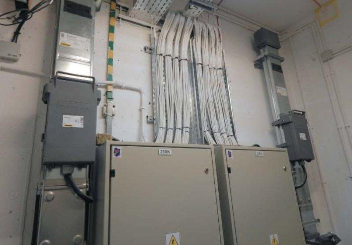 Fot. 4. Dwie linie przewodu szynowego MR250A w szachcie instalacyjnym budynku biurowego Linia pierwsza z lewej stanowi tor gwarantowanego, poprzez kasety odpływowe 160A zasila rozdzielnice komputerowe RK objęte systemem zasilania gwarantowanego [źródło.