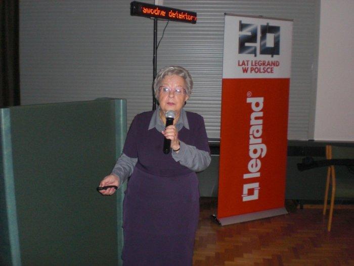 Dr inż. Elżbieta Niewiedział omawia wymogi stawiane sieciom elektroenergetycznym XXI wieku.