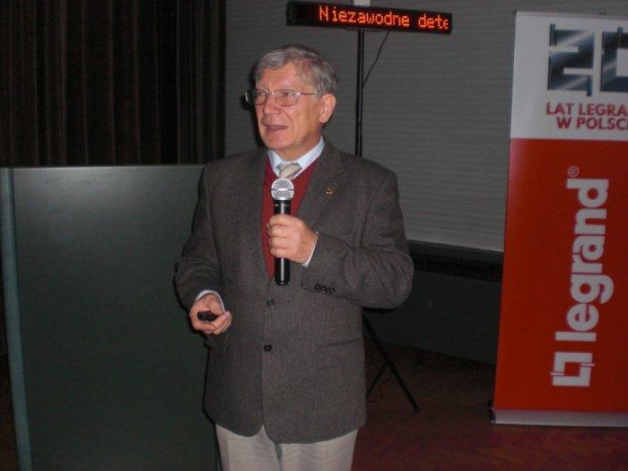 Dr inż. Eugeniusz Sroczan omawia zastosowanie internetu rzeczy w instalacjach elektrycznych.