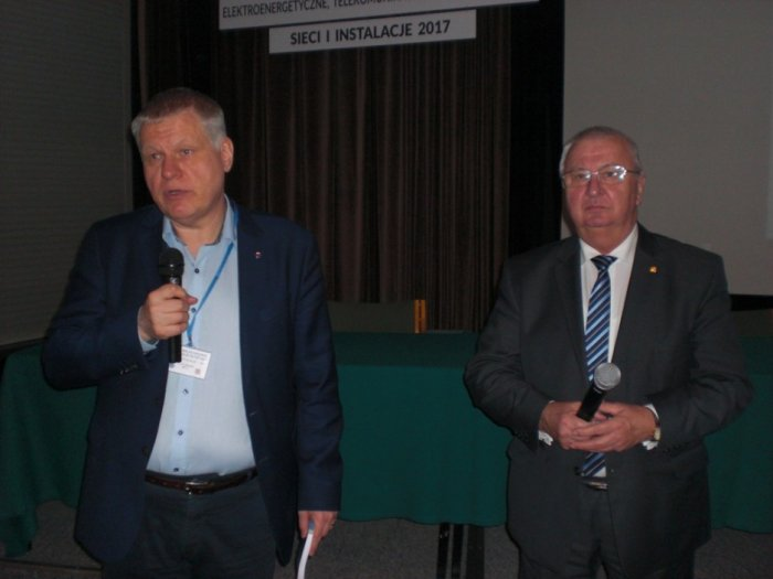 Sekretarz generalny SEP, dr inż. Jacek Nowicki oraz prezes Poznańskiego Oddziału SEP, mgr inż Kazimierz Pawlicki, prezentują założenia budowy elektrowni jądrowej w Polce.